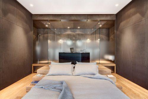 Luxe slaapkamer met transparante badkamer