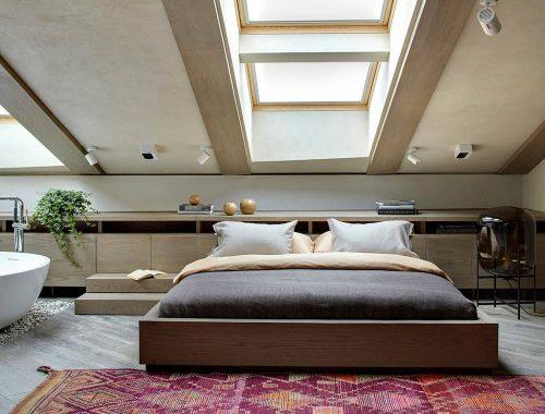 Luxe zolderslaapkamer met vrijstaand rond bad