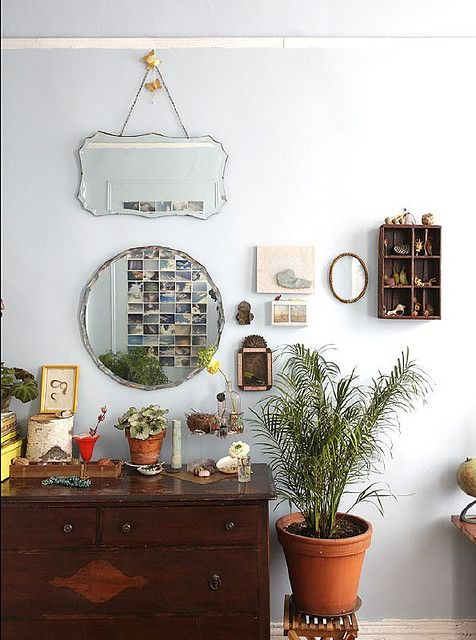 Meerdere spiegels bij elkaar aan de muur
