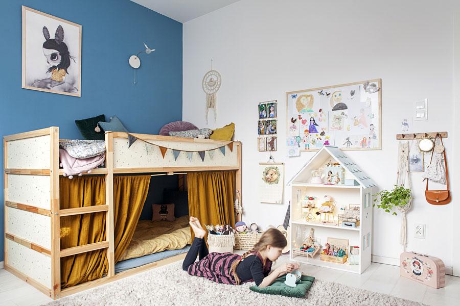 Meisjeskamer met blauwe muur