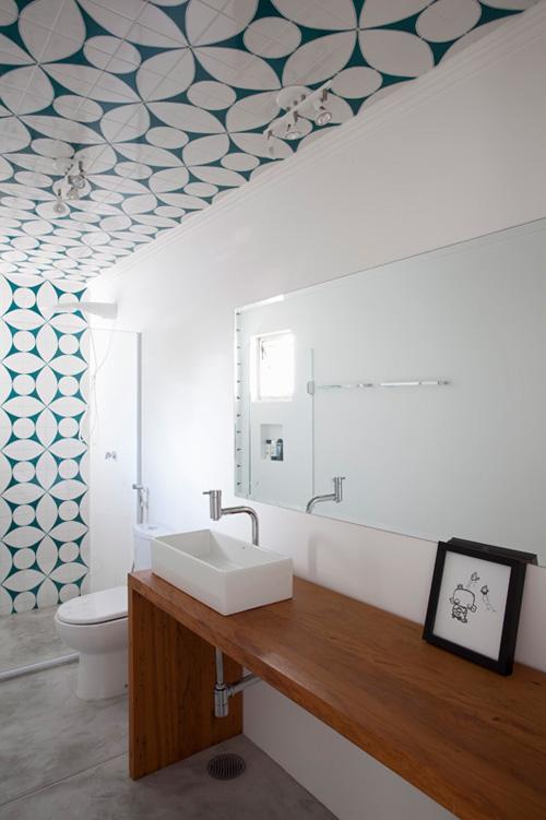 In deze minimalistische badkamer hebben ze het plafond betegeld!