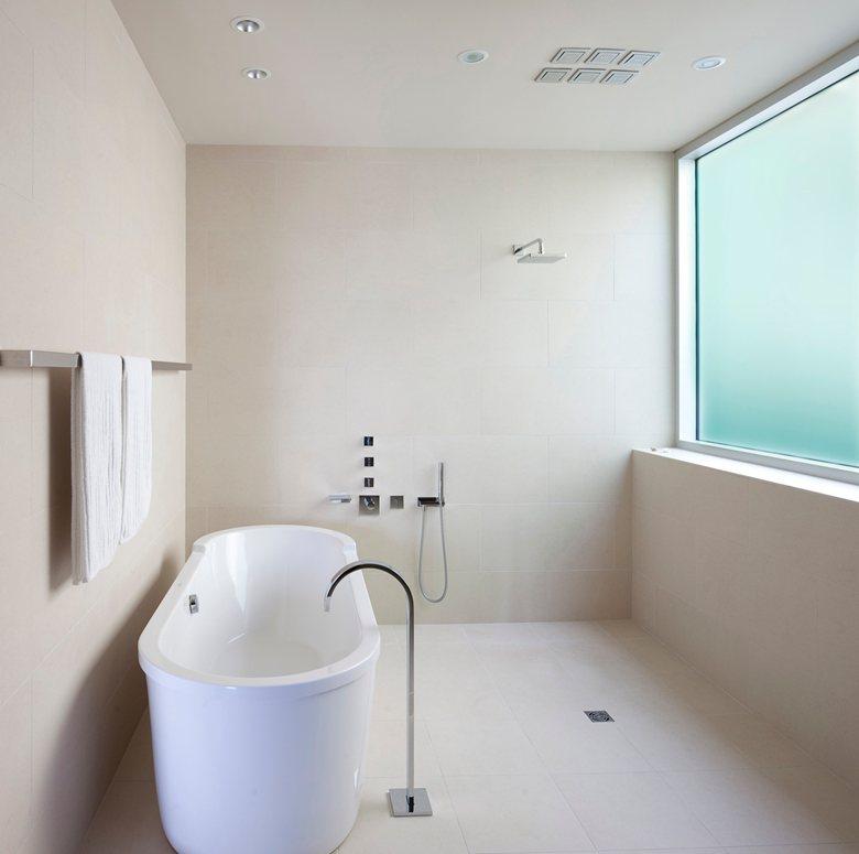 minimalistische badkamers voorbeelden licht