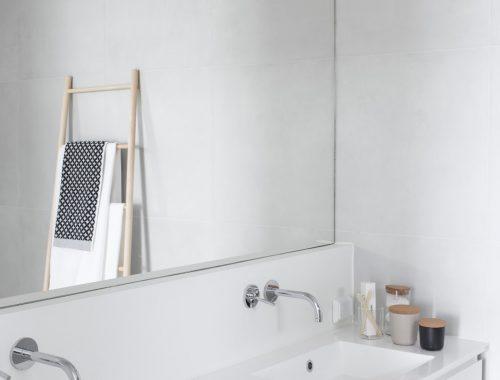 minimalistische-lichte-badkamer-maja-finland