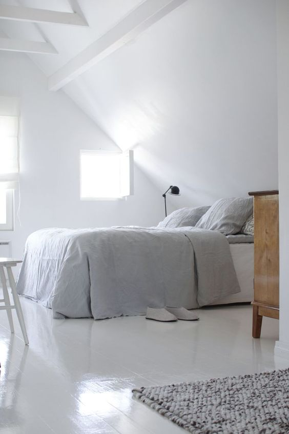 Minimalistische witte zolderslaapkamer