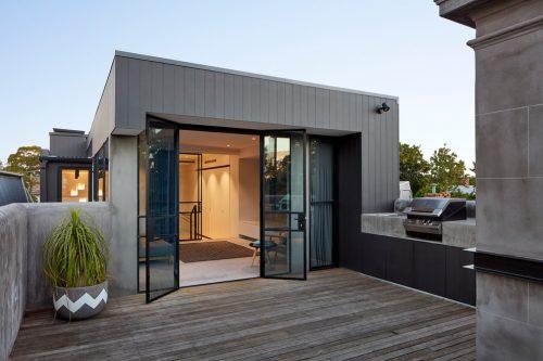 Populair Modern dakterras met houten vlonders en betonstuc reling | Huis ZH24