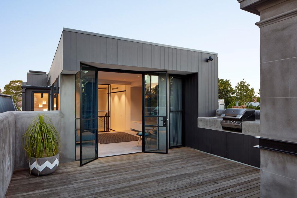 Modern dakterras met houten vlonders en betonstuc reling huis