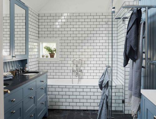 Modern landelijk badkamerontwerp met de kleuren wit, blauw en donkergrijs