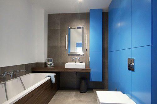 Moderne badkamer met op maat gemaakte kastenwand