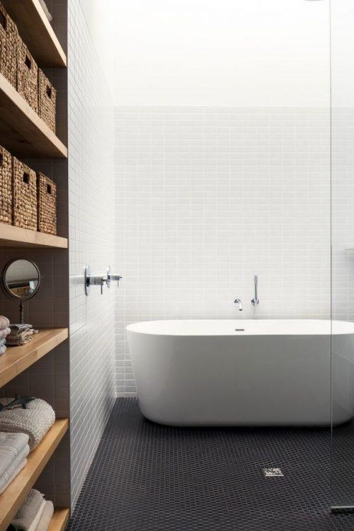 Moderne badkamer met zwarte vloer en witte muren