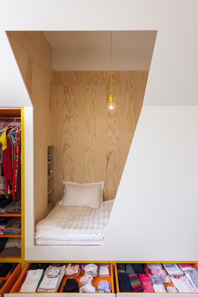 Moderne bedstede met veel opbergruimte in de kinderkamer