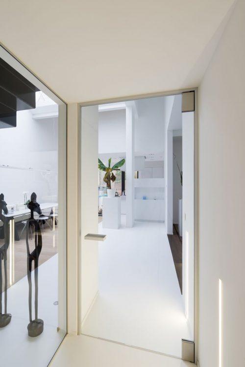 Moderne glazen deur in hal