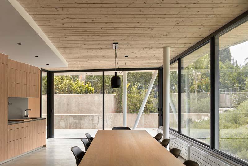 moderne houten keuken betonvloer