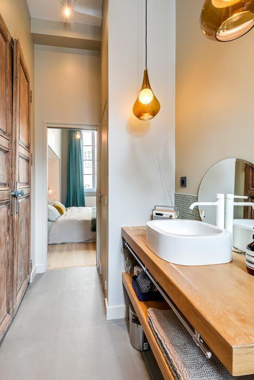 Moderne slaapkamer in klein appartement uit Parijs