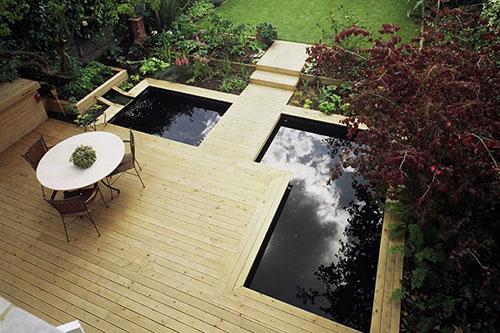 Moderne tuin met houten vlonders