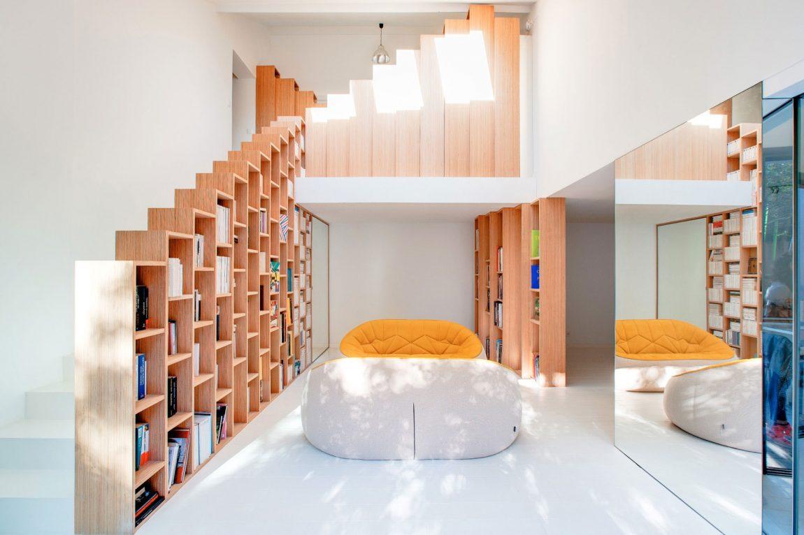 moderne-witte-woning-indrukwekkende-boekenkasten