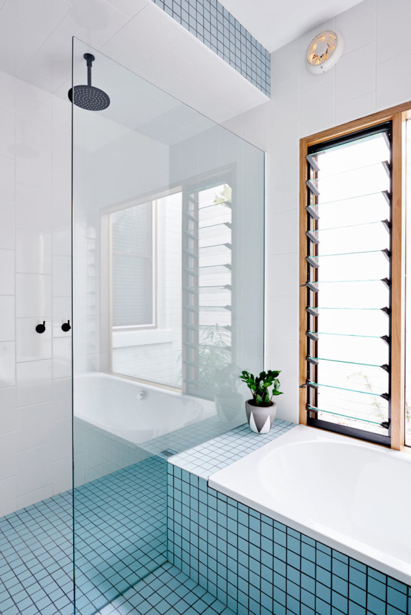 Mooie badkamer met blauwe tegels