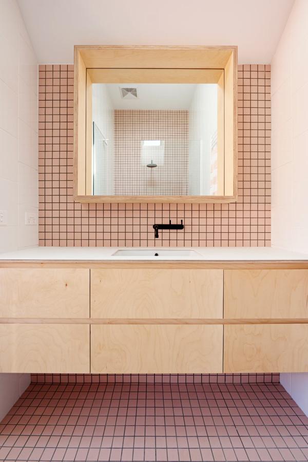 Mooie badkamer met roze tegels