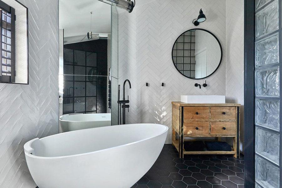 Mooie l-vormige badkamer