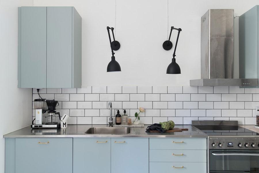 Mooie Scandinavische pastelblauwe keuken