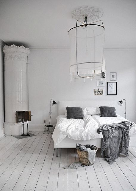 Witte slaapkamer met witte houten vloer