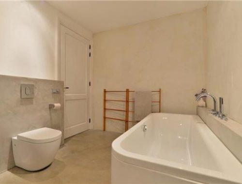 Naadloze gietvloer in badkamer