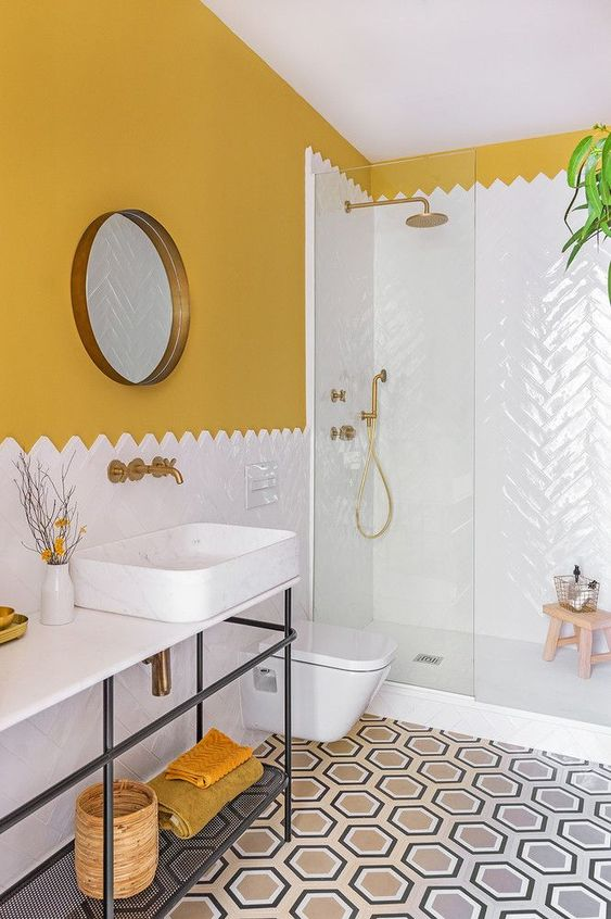 okergele muur badkamer