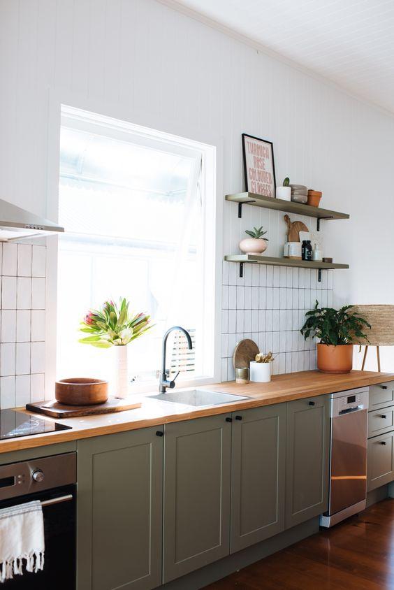 olijfgroene keuken houten werkblad
