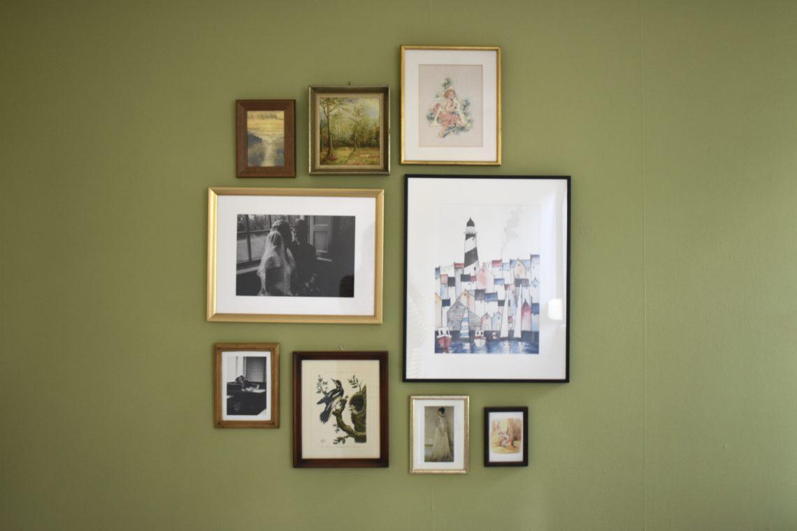 olijfgroene muur flexa olive tree amber - gallery wall