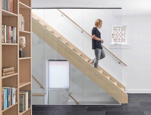 Open trap met een glazen ombouw