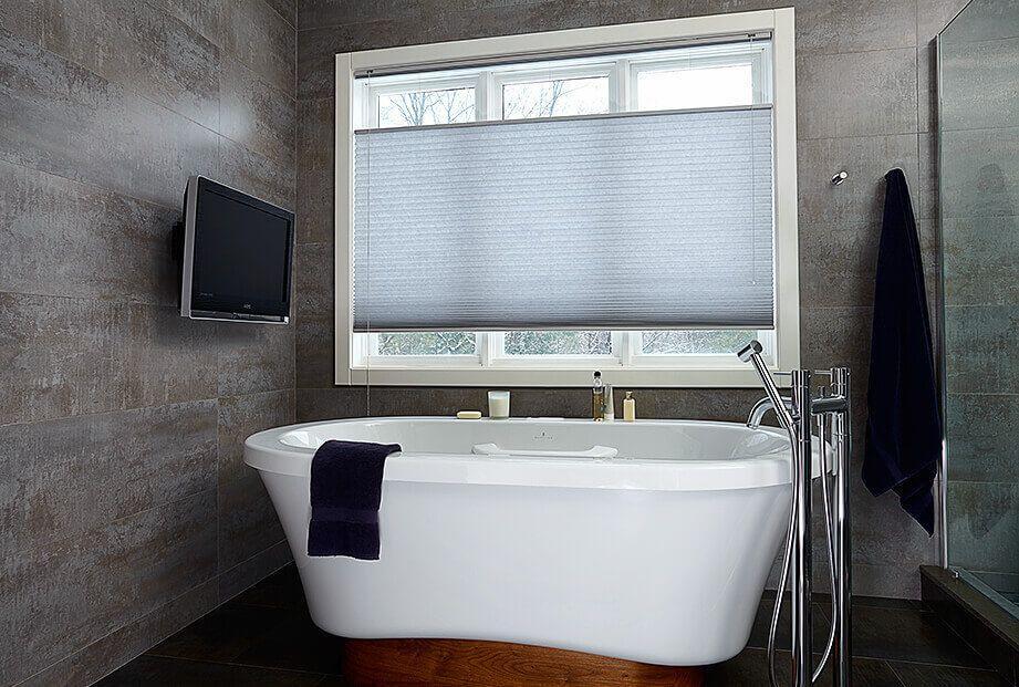 plissegordijnen luxe badkamer met tv