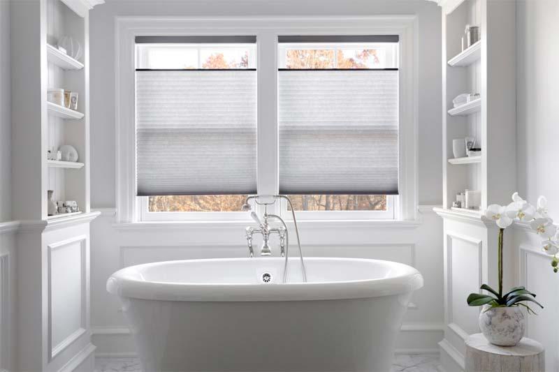 plissegordijnen witte klassieke badkamer