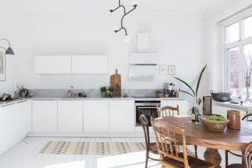 Ruime lichte witte keuken met leuke decoratie huis inrichten
