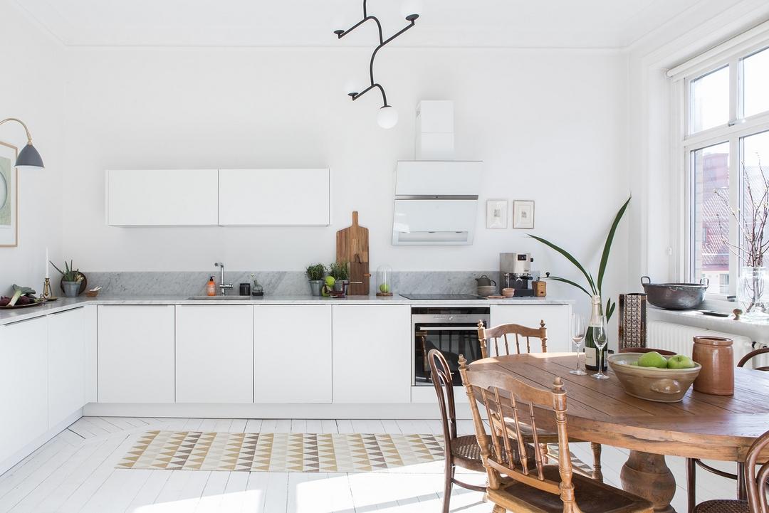 Ruime lichte witte keuken met leuke decoratie