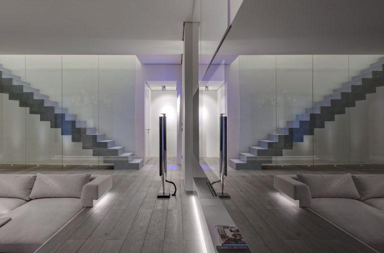 Ruime moderne woonkamer met verzonken lounge