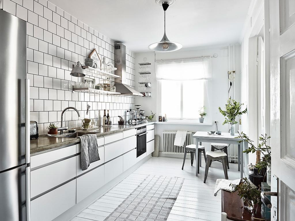 Ruime stoere witte keuken in een klein appartement huis