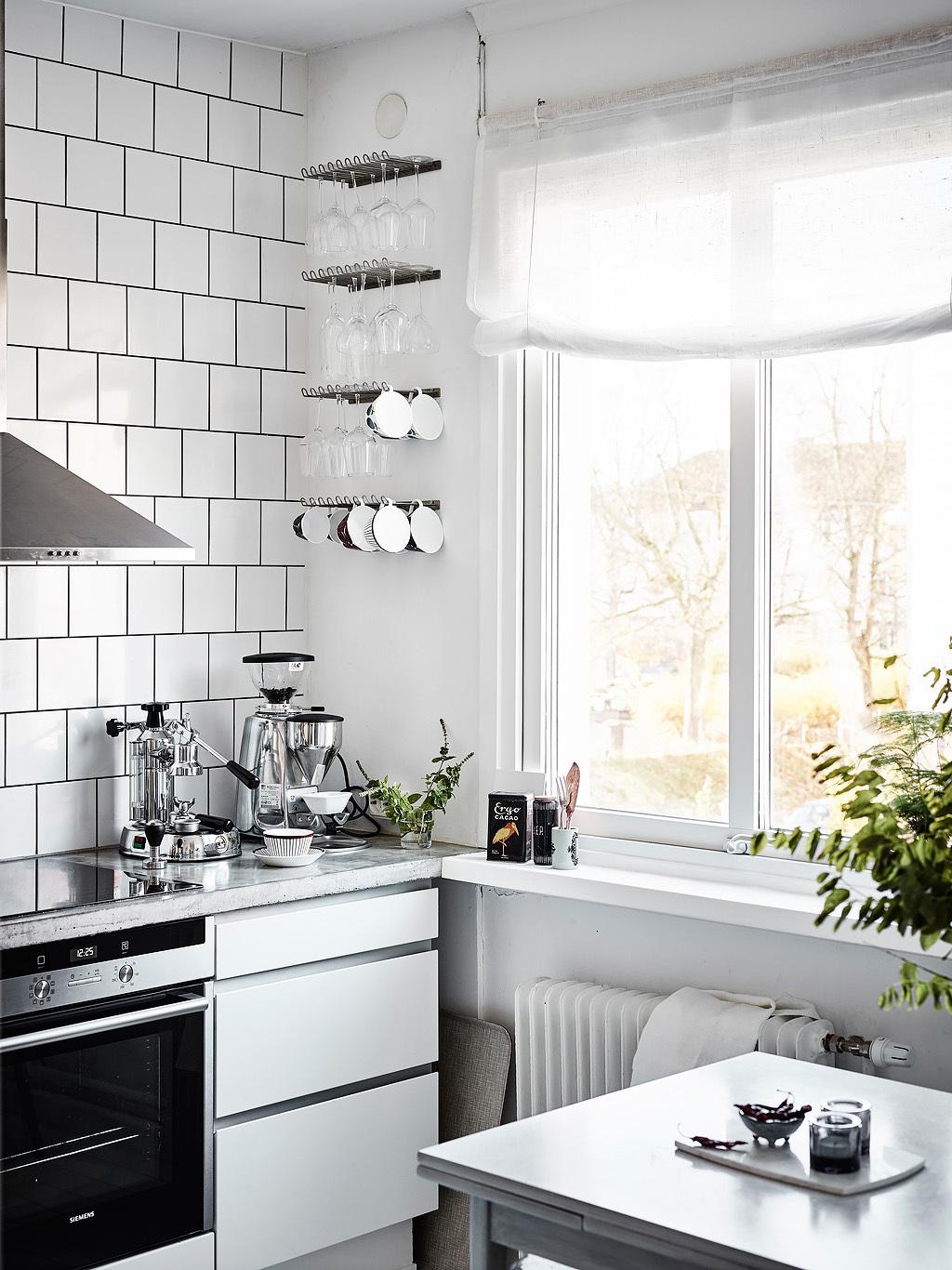 Ruime stoere witte keuken in een klein appartement