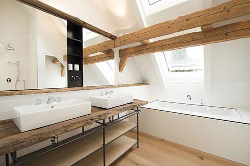Rustieke badkamer van gerenoveerde woonboerderij