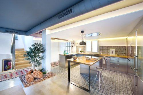 RVS keuken met houten werkblad