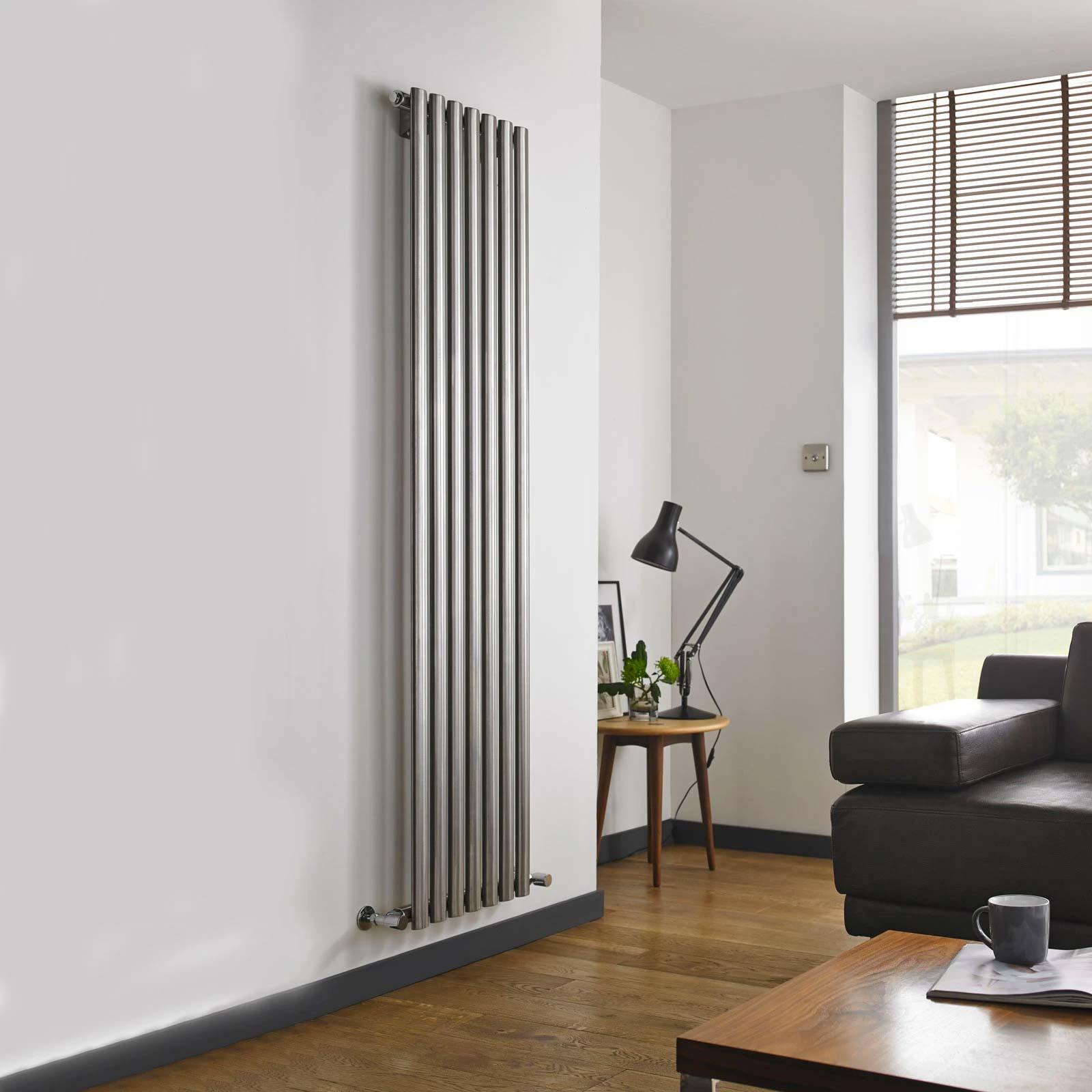 Verticale RVS radiator in de woonkamer