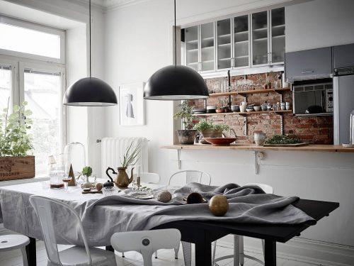 Scandinavische woonkamer met kleurencontrast