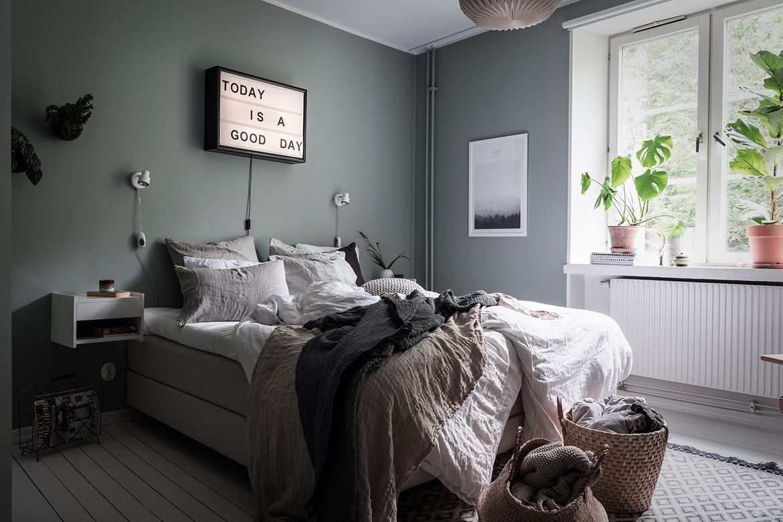 Serene slaapkamer met grijs-groene muren