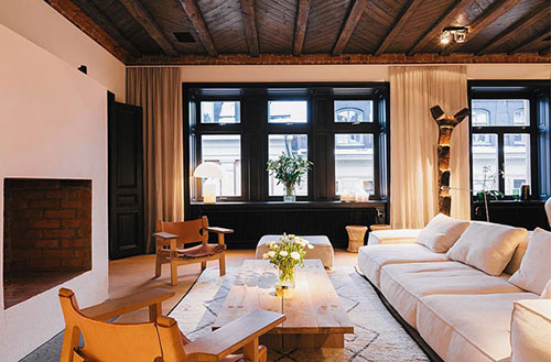 Sfeervolle woonkamer van grote penthouse