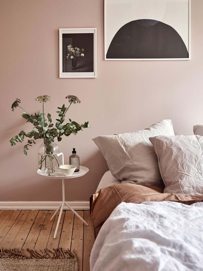 Lavendel in vaas in mooie slaapkamer met roze muren