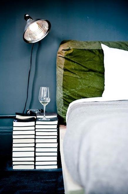 slaapkamer stapels boeken nachtkastje