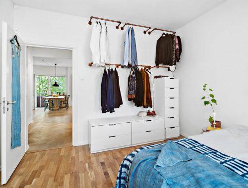 Slaapkamer met een stoere open DIY kledingkast