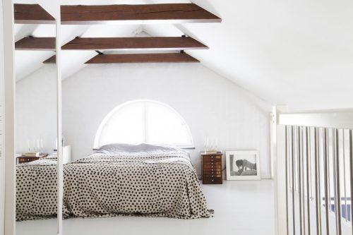 Slaapkamer op zolder van een voormalige verpleeghuis