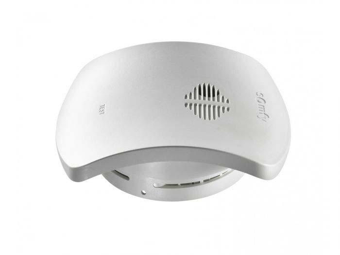 De slimme Somfy rookmelder alarmeert de bewoners bij rookdetectie met een eigen sirene en kan via de TaHoma het huis automatisch laten reageren.