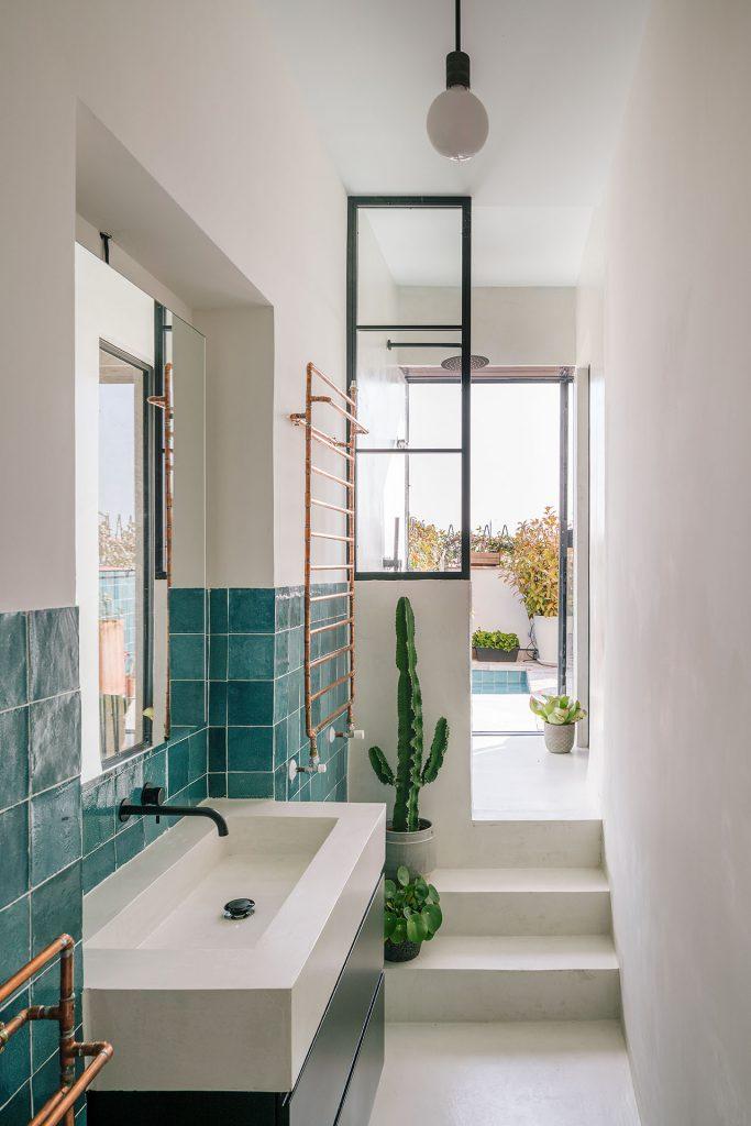 smalle badkamer witte muren