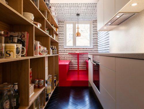 Smalle keuken met vaste eethoek