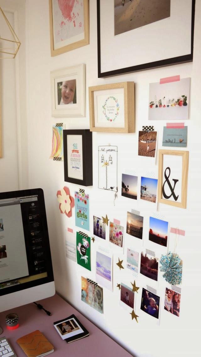 De smalle kleine werkplek in de slaapkamer van een Franse blogger